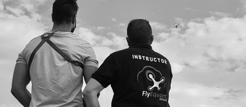 Instructor de vuelo de los cursos de perfeccionamiento con drones